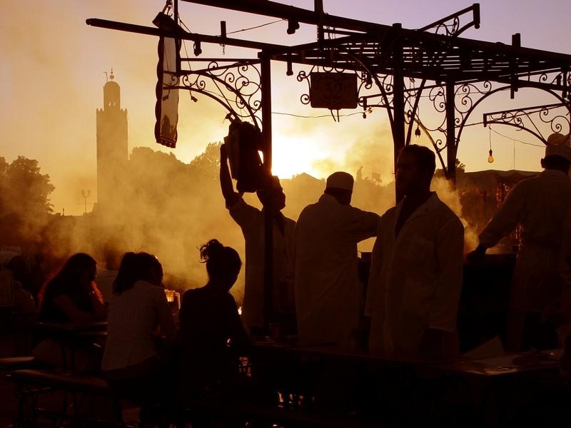 la place Djemaa el Fna le soir avec la Koutoubia 01_20030