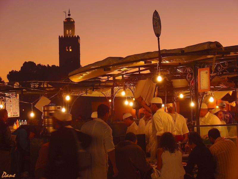 la place Djemaa el Fna le soir avec la Koutoubia Koutou13