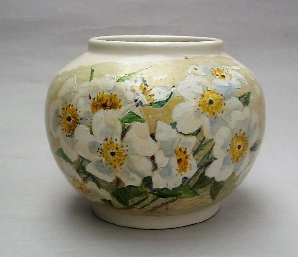 This is a beautiful Hand Potted Shape 9 Hand Painted with flowers. Dscf2918