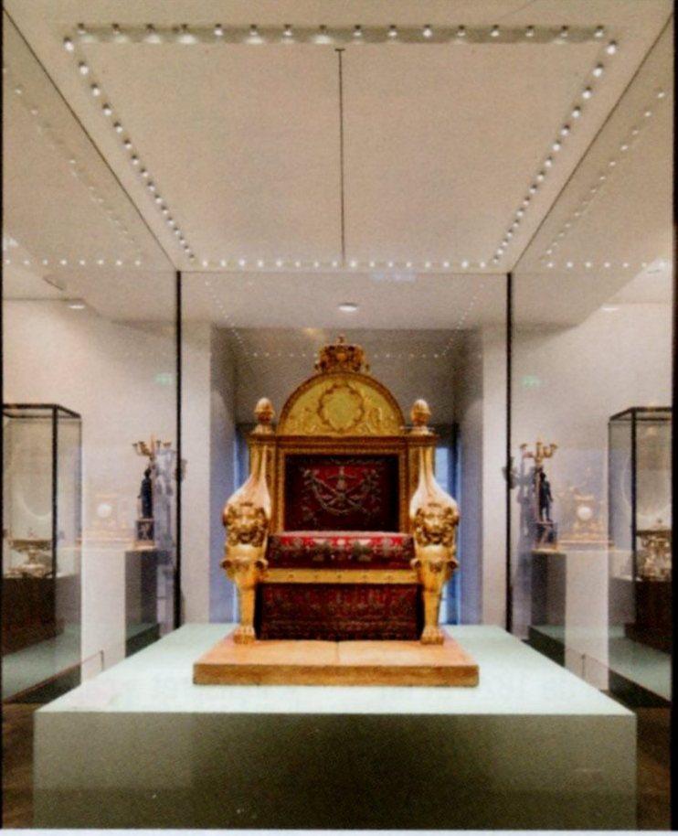 Exposition « Trônes en majesté, l'autorité et son symbole » - Page 8 Img17710