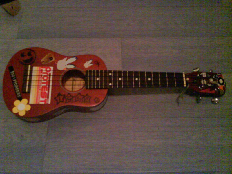 iggy: MiniBen's ukulele =D Dsc00010