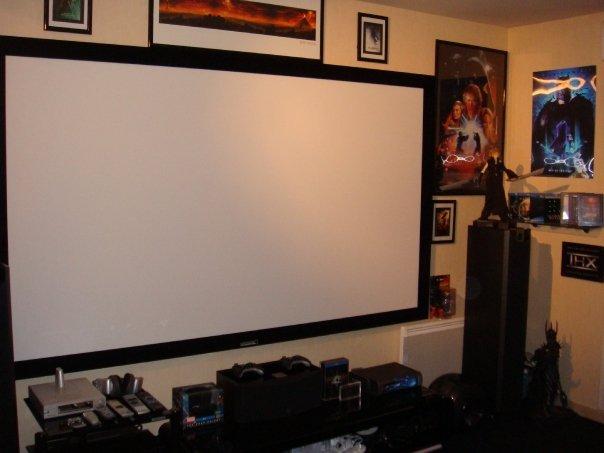 salon dedié à la projection avec un mur noir , qu'elle couleur pour les autres murs? N6541018