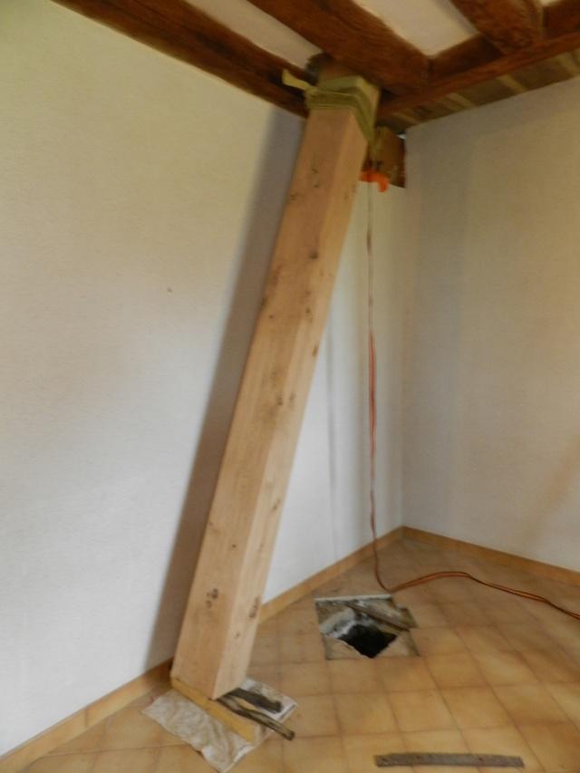 Deux nouveaux poteaux en chêne pour l'escalier Vauvyr11