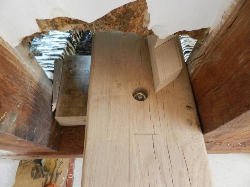 Deux nouveaux poteaux en chêne pour l'escalier Vauvyr15