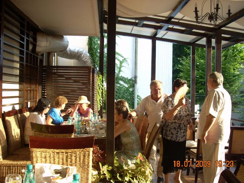 "18 iulie 2009-Volumul de versuri ""Saruta-mi lacrima""a doamnei Atena Mariana Zara prezentat iesenilor Cu_pri12"