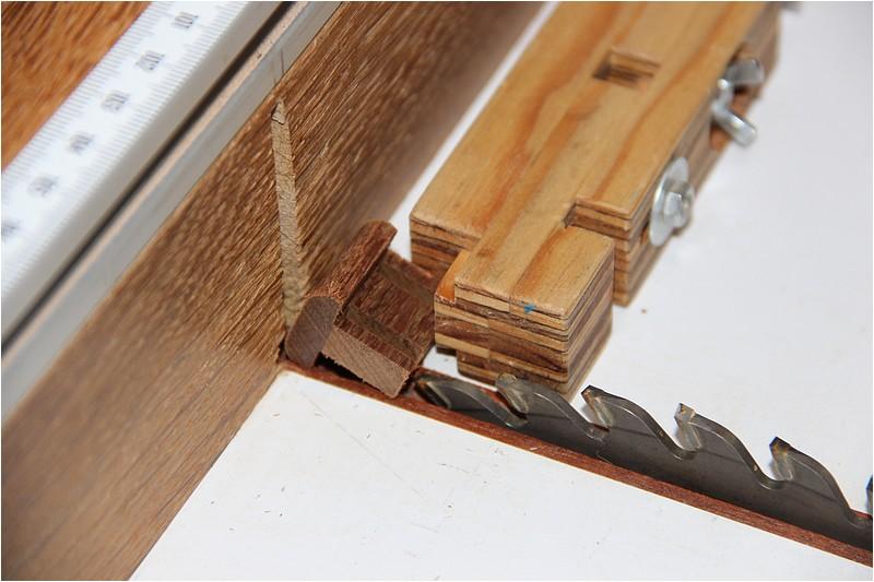 Petit meuble pour échevettes, fait en bois de récup ou venant de chutes. Img_2621