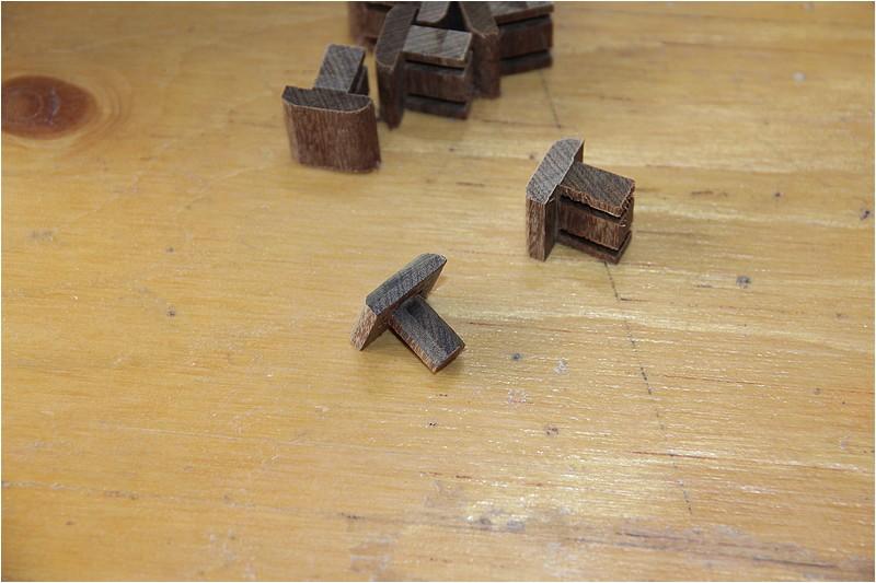 Petit meuble pour échevettes, fait en bois de récup ou venant de chutes. Img_2623