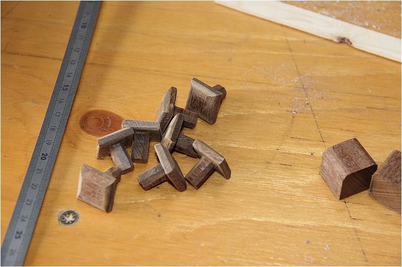 Petit meuble pour échevettes, fait en bois de récup ou venant de chutes. Img_2624