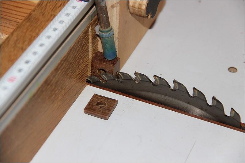 Petit meuble pour échevettes, fait en bois de récup ou venant de chutes. Img_2625