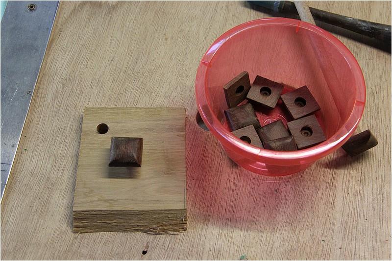 Petit meuble pour échevettes, fait en bois de récup ou venant de chutes. Img_2628