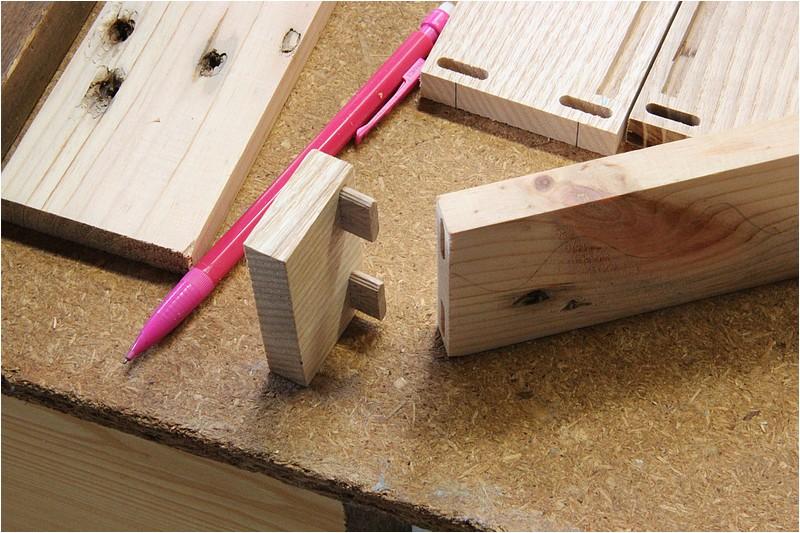 Petit meuble pour échevettes, fait en bois de récup ou venant de chutes. Img_2629
