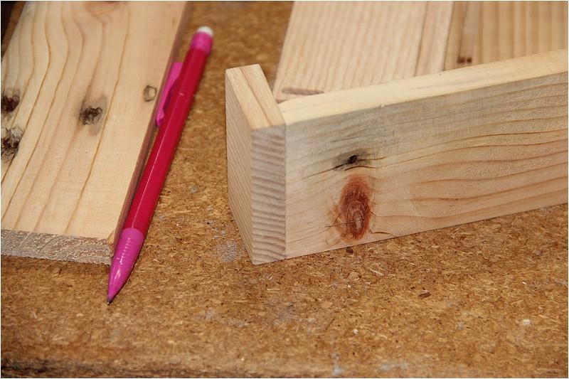 Petit meuble pour échevettes, fait en bois de récup ou venant de chutes. Img_2631