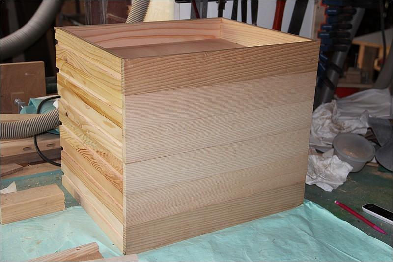 Petit meuble pour échevettes, fait en bois de récup ou venant de chutes. Img_2636