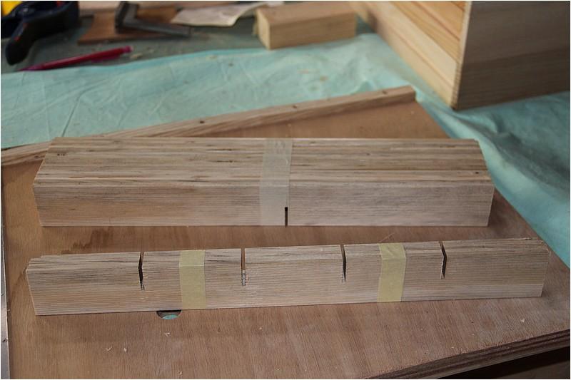 Petit meuble pour échevettes, fait en bois de récup ou venant de chutes. Img_2641
