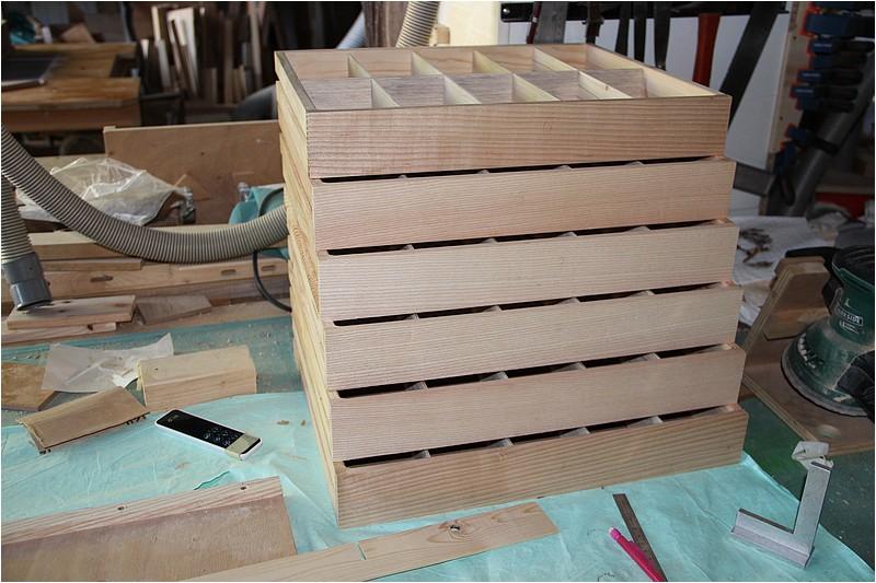 Petit meuble pour échevettes, fait en bois de récup ou venant de chutes. Img_2643