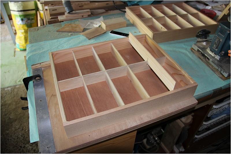 Petit meuble pour échevettes, fait en bois de récup ou venant de chutes. Img_2644