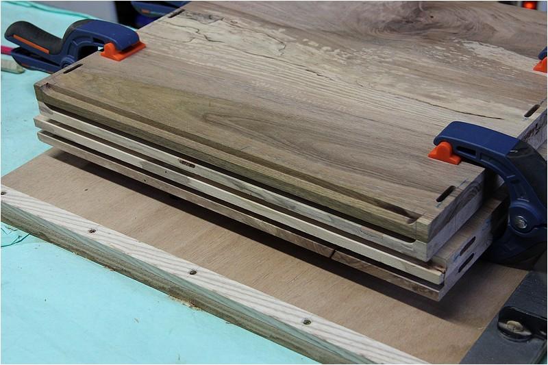 Petit meuble pour échevettes, fait en bois de récup ou venant de chutes. Img_2725