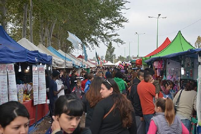 General Rodríguez: Los vecinos disfrutaron de la feria de colectividades. 00126