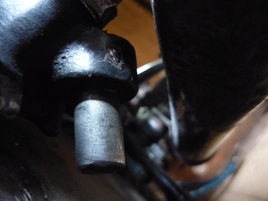 Béquille latérale:bride fixation fatiguée (et/ou) jeu boulon de pallier/béquille ! P1090512