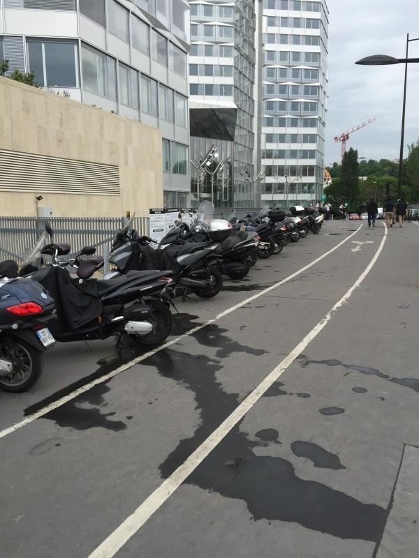 Stationnement des scooters et motos Image111