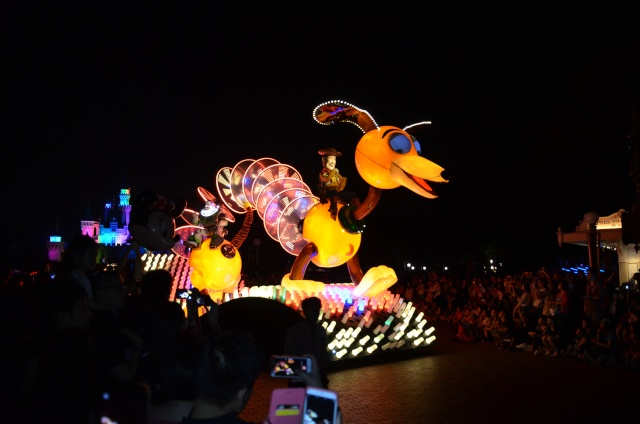 [Hong Kong Disneyland] Nouvelle parade nocturne : Disney Paint the Night (1er Octobre 2014)  - Page 4 Dsc_0511