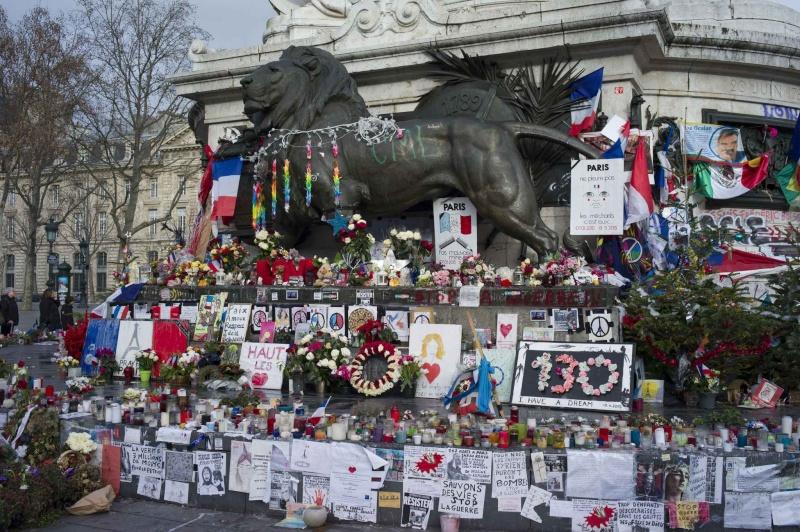 Une vie de statue (Paris, place de la République) 2048x110