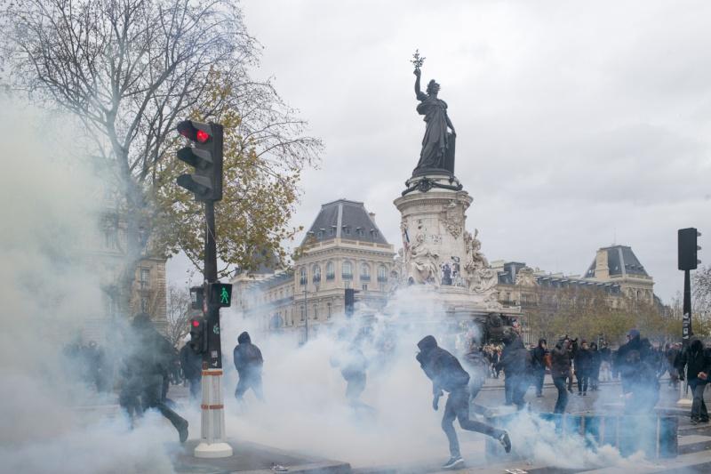 Une vie de statue (Paris, place de la République) 29_nov11