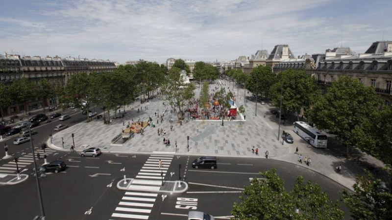 Une vie de statue (Paris, place de la République) Phoc5310