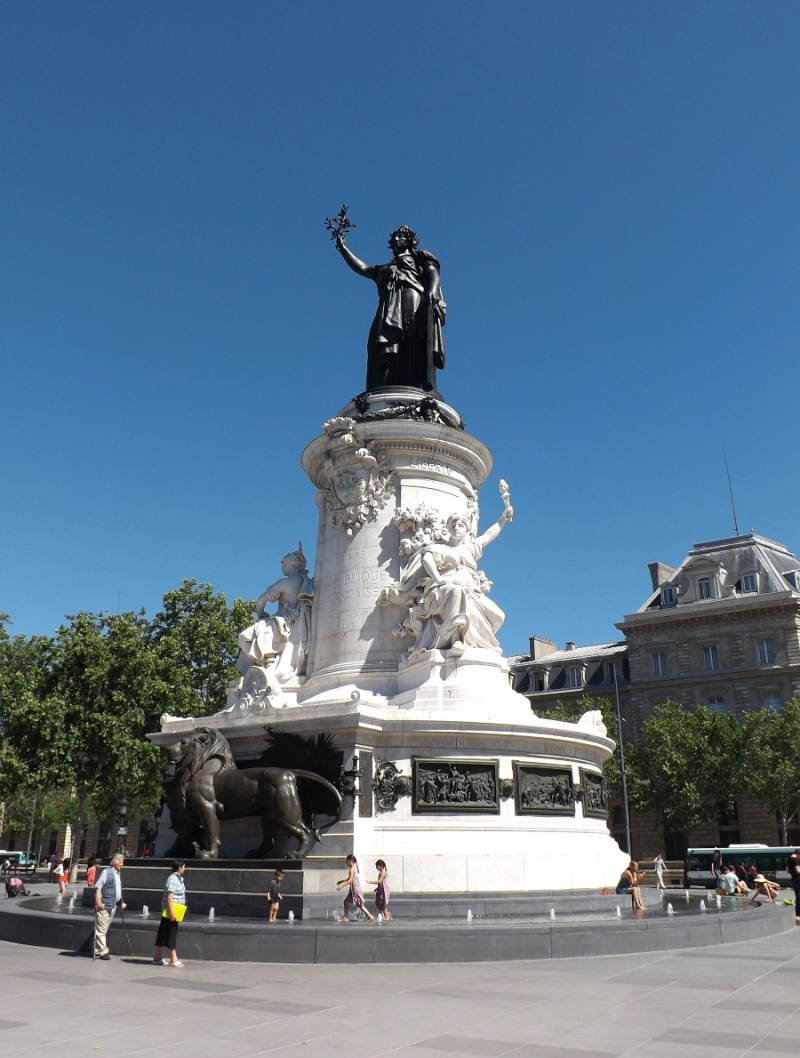Une vie de statue (Paris, place de la République) Place-11