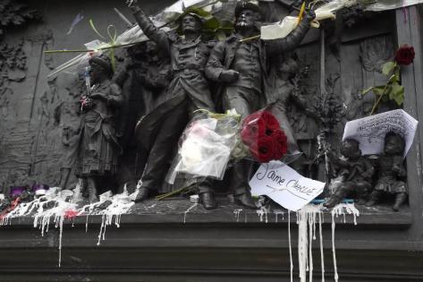 Une vie de statue (Paris, place de la République) Placer10