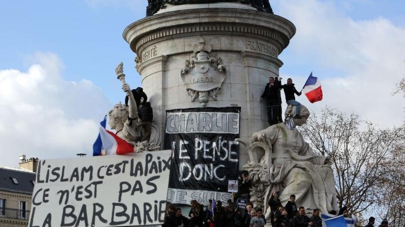 Une vie de statue (Paris, place de la République) Rassem10