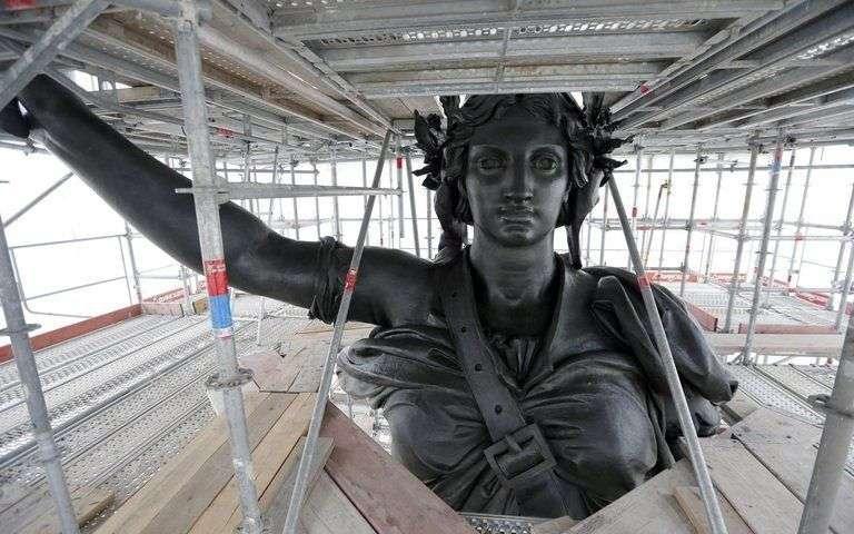 Une vie de statue (Paris, place de la République) Refect10