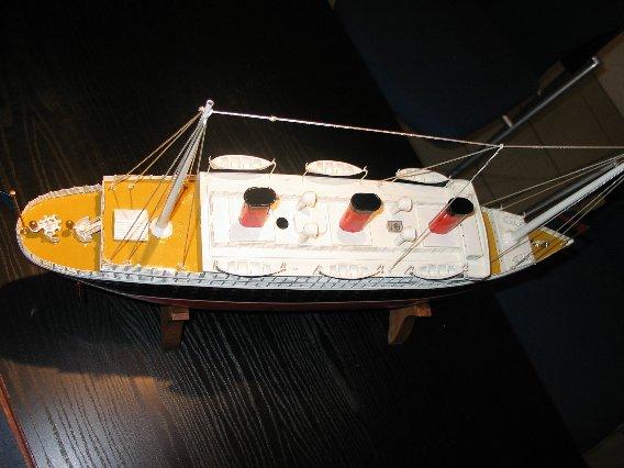 Collection de maquettes, vieux jouets et objets de marine 100_0011