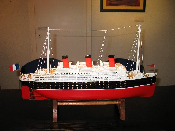 Collection de maquettes, vieux jouets et objets de marine 100_0014