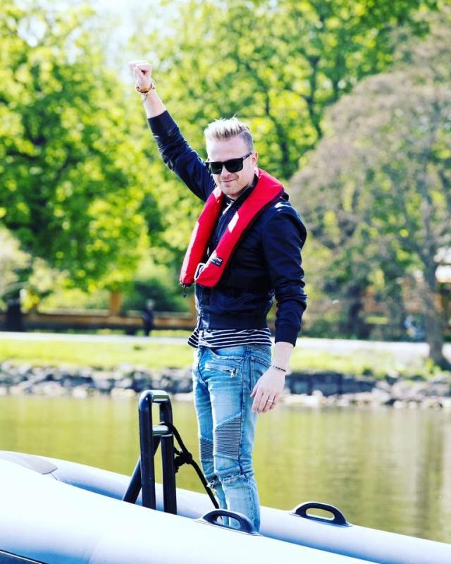 Nicky con el representante de Suecia paseando en bote 00010