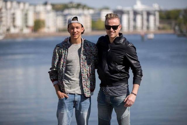 Nicky con el representante de Suecia paseando en bote 0001010