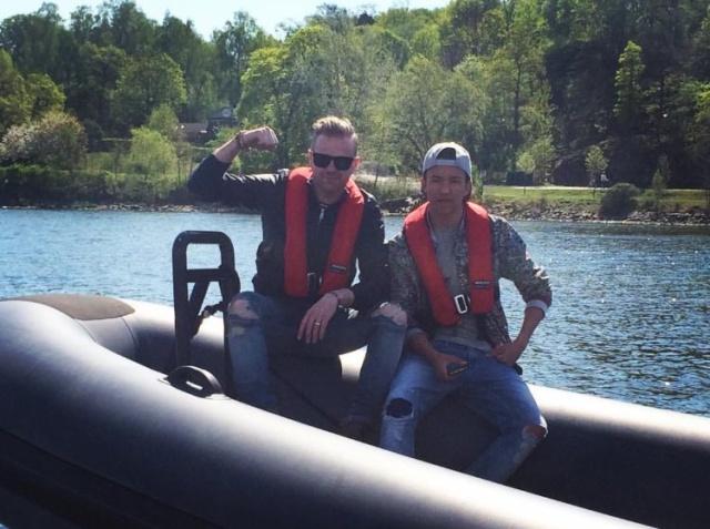 Nicky con el representante de Suecia paseando en bote 00510