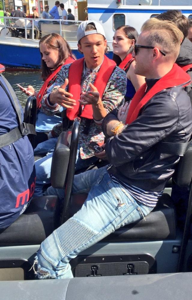 Nicky con el representante de Suecia paseando en bote 00610