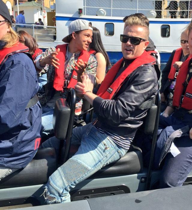 Nicky con el representante de Suecia paseando en bote 00710