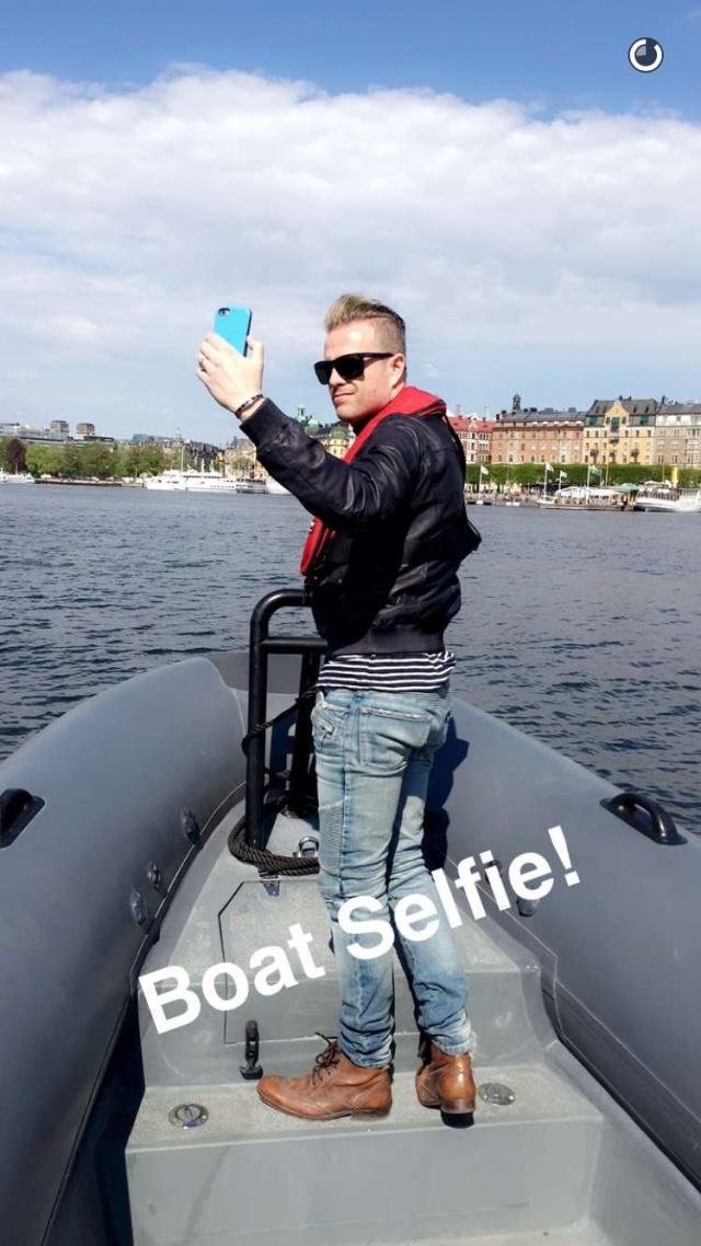 Nicky con el representante de Suecia paseando en bote 01211