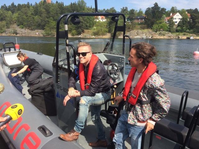 Nicky con el representante de Suecia paseando en bote 01510