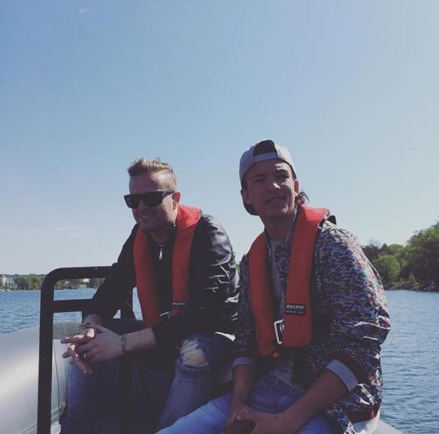 Nicky con el representante de Suecia paseando en bote 01610