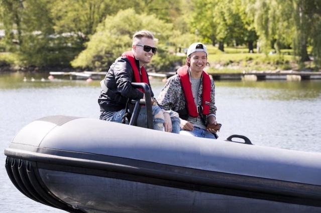Nicky con el representante de Suecia paseando en bote 13133211
