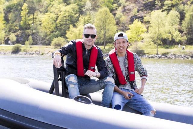 Nicky con el representante de Suecia paseando en bote 13151410