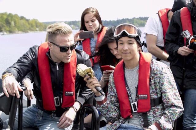 Nicky con el representante de Suecia paseando en bote 13164310