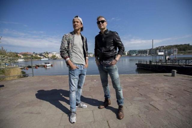 Nicky con el representante de Suecia paseando en bote 13166010