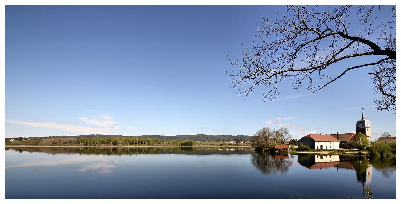 Lac de l'abbaye et son église abbatiale Stlaur10