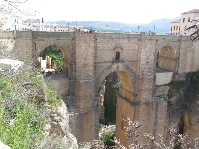 Le pont, incontournable du paysage routier Img_2110