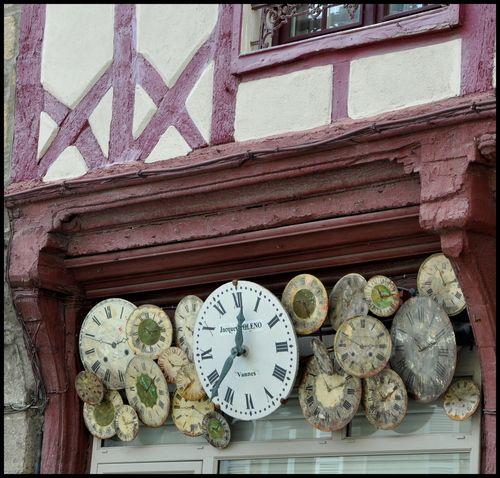 Reçu un beau diapo....Les horloges et pendules des rues..... - Page 25 4bd26910