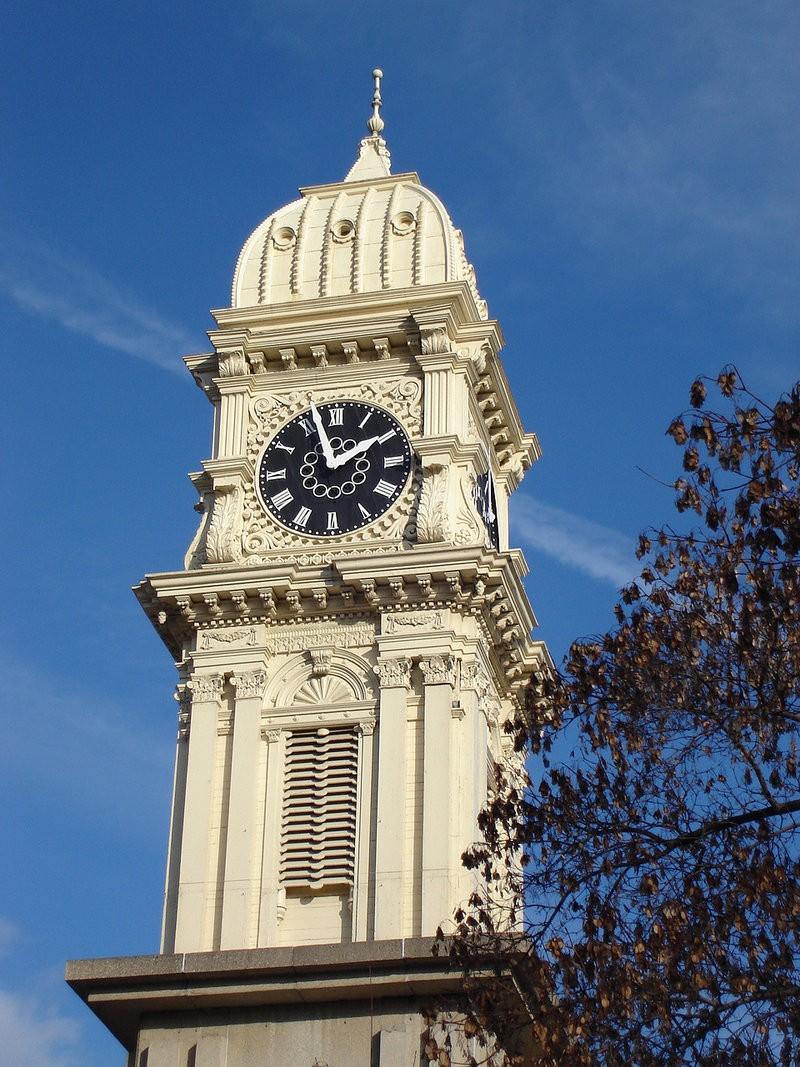 Reçu un beau diapo....Les horloges et pendules des rues..... - Page 25 Dubuqu10